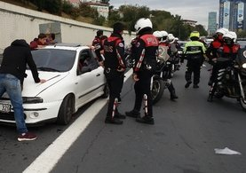 Emniyet şeridine giren otomobil polislere çarptı: 2 yaralı