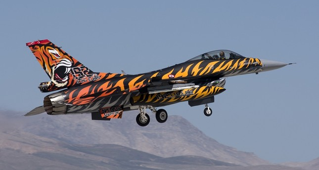 Turkish airbrush artist flying with colors on aircrafts