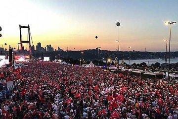 Türkiye demokrasi nöbetinde!