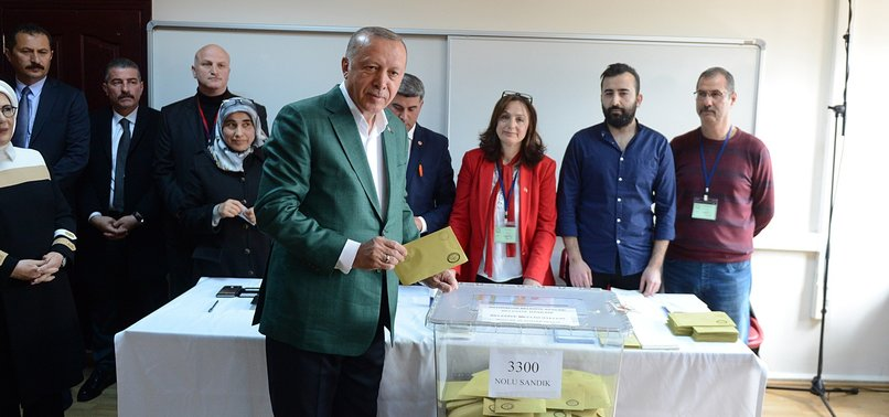 POLITICIANS CAST BALLOTS IN TURKEYS LOCAL ELECTIONS