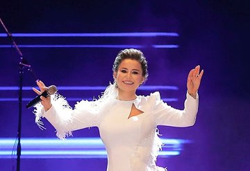 Şarkıcı Merve Özbey menajeri Oğuzhan Seçkin ile alışverişte görüldü