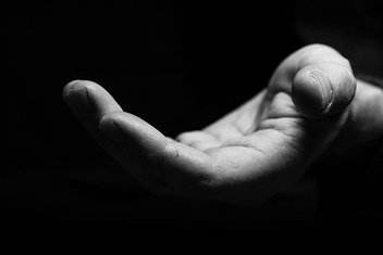 Kişinin cömertliğinde bulunan dolaylı bağımlılık