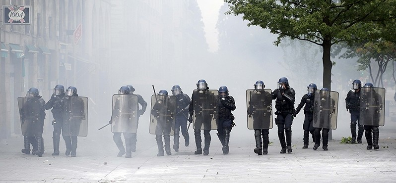Riot police advance through teargas during a demonstration against French labour law reform in Nantes, France, May 17, 2016. (REUTERS Photo)