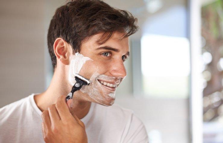 Karantina günlerinde tıraşını evde olan erkekler için bazı püf noktaları derledik. Sinek kaydı tıraş olmak, kendini yaralamamak ve yakışıklı görünmek için tıraş malzemelerinin ve uygulamasının doğru seçilmesi son derece önemlidir.