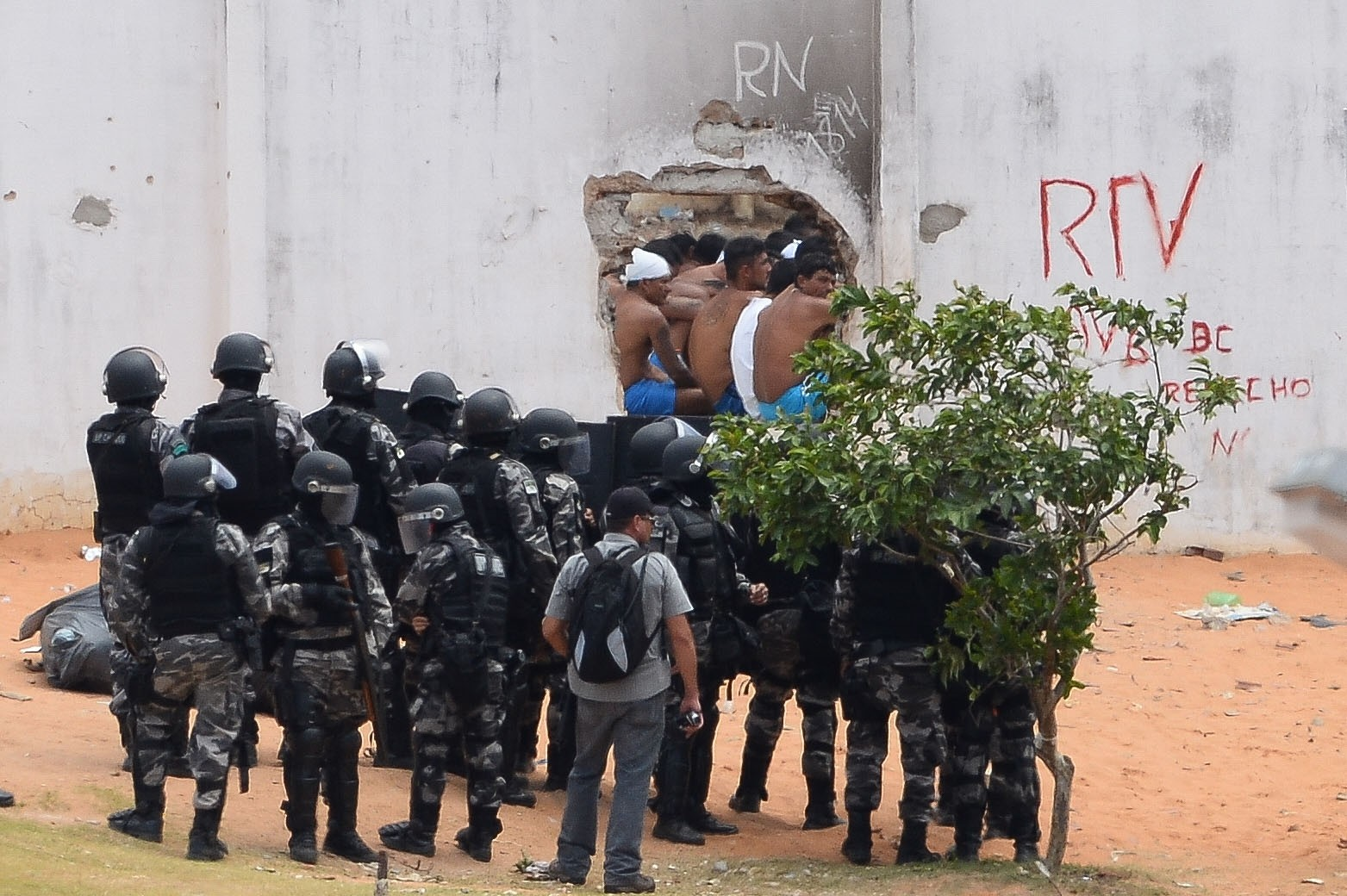 Riot police enter the Alcacuz Penitentiary Center near Natal to regain control after a gang confrontation at the prison in Rio Grande do Norte, Brazil on January 21, 2017.  (AFP Photo)