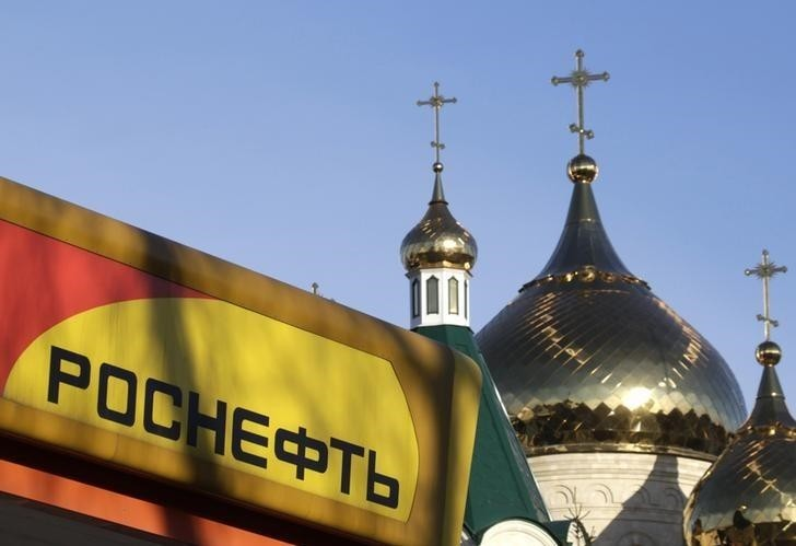 The logo of Russia's top crude producer Rosneft is seen on a gasoline station near a church in Stavropol, southern Russia, December 9, 2014. (Reuters Photo)