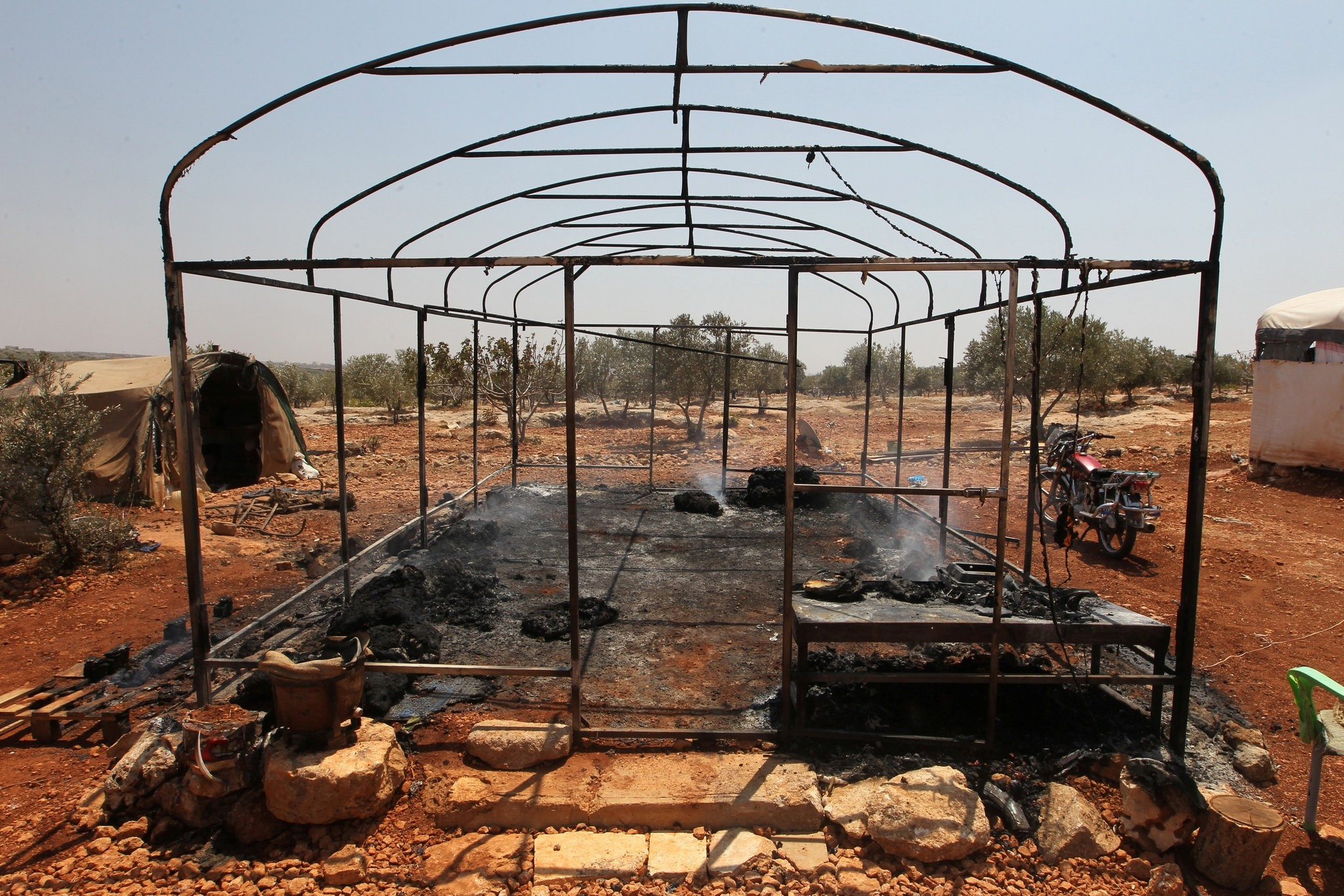 A burnt tent for displaced people is pictured after airstrikes on the outskirts of the rebel-held town of Atareb in Aleppo province, Syria August 4, 2016. (REUTERS Photo)