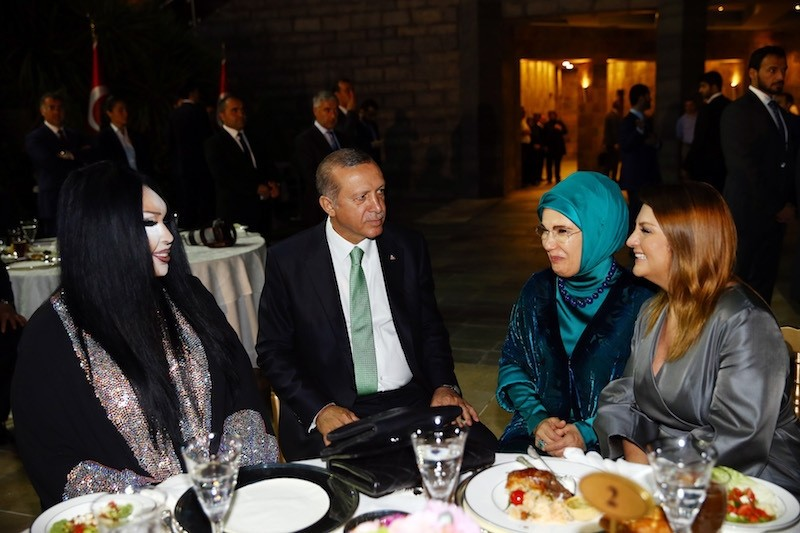 Turkish singer Bu00fclent Ersoy(L) talks with President Erdou011fan(C-L) and his wife Emine(C-R) at an iftar dinner held in Istanbul on June 20, 2016. (AA Photo)