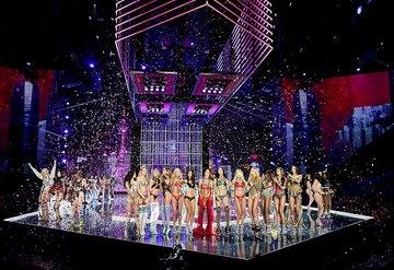 Victoria's Secret melekleri podyuma çıktı