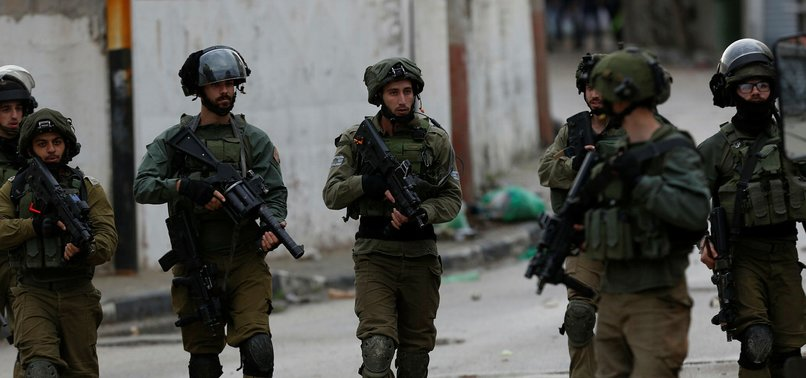 ISRAELI ARMY ROUNDS UP 10 PALESTINIANS IN W. BANK RAIDS