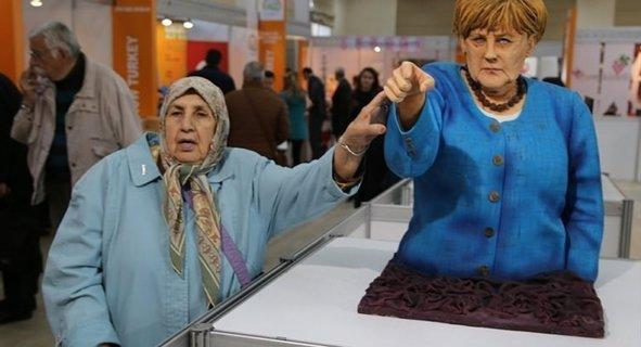 İstanbul'da Trump ve Merkel heykeli