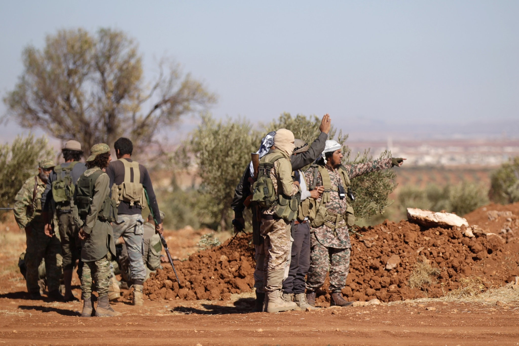 FSA fighters gather during their advance towards the Daesh-held city of al-Bab, northern Syria October 26, 2016. (REUTERS Photo)