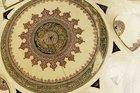 Camilerdeki hat yazılarının bozulması hangi yöntemle önlenmiştir?