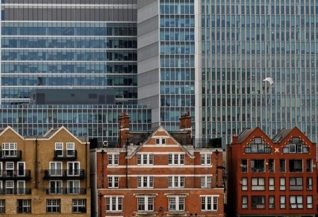 Apartment buildings are backdropped by skyscrapers of banks at Canary Wharf in London, Britain October 30, 2015. (REUTERS Photo)