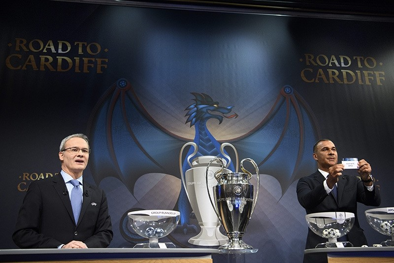Former Dutch soccer player Ruud Gullit (R) shows the lot of Arsenal FC during the draw for the Round of 16 of the UEFA Champions League 2016/17, at the UEFA Headquarters in Nyon, Switzerland, Dec. 12, 2016. (EPA Photo)
