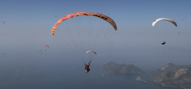 Sports people open their wings at Turkeys Ölüdeniz, offering