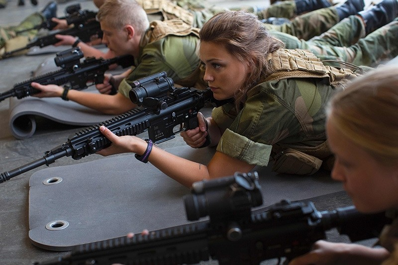 Female army recruits attend a base training at the armored battalion in Setermoen, northern Norway on August 11, 2016. (AFP Photo)