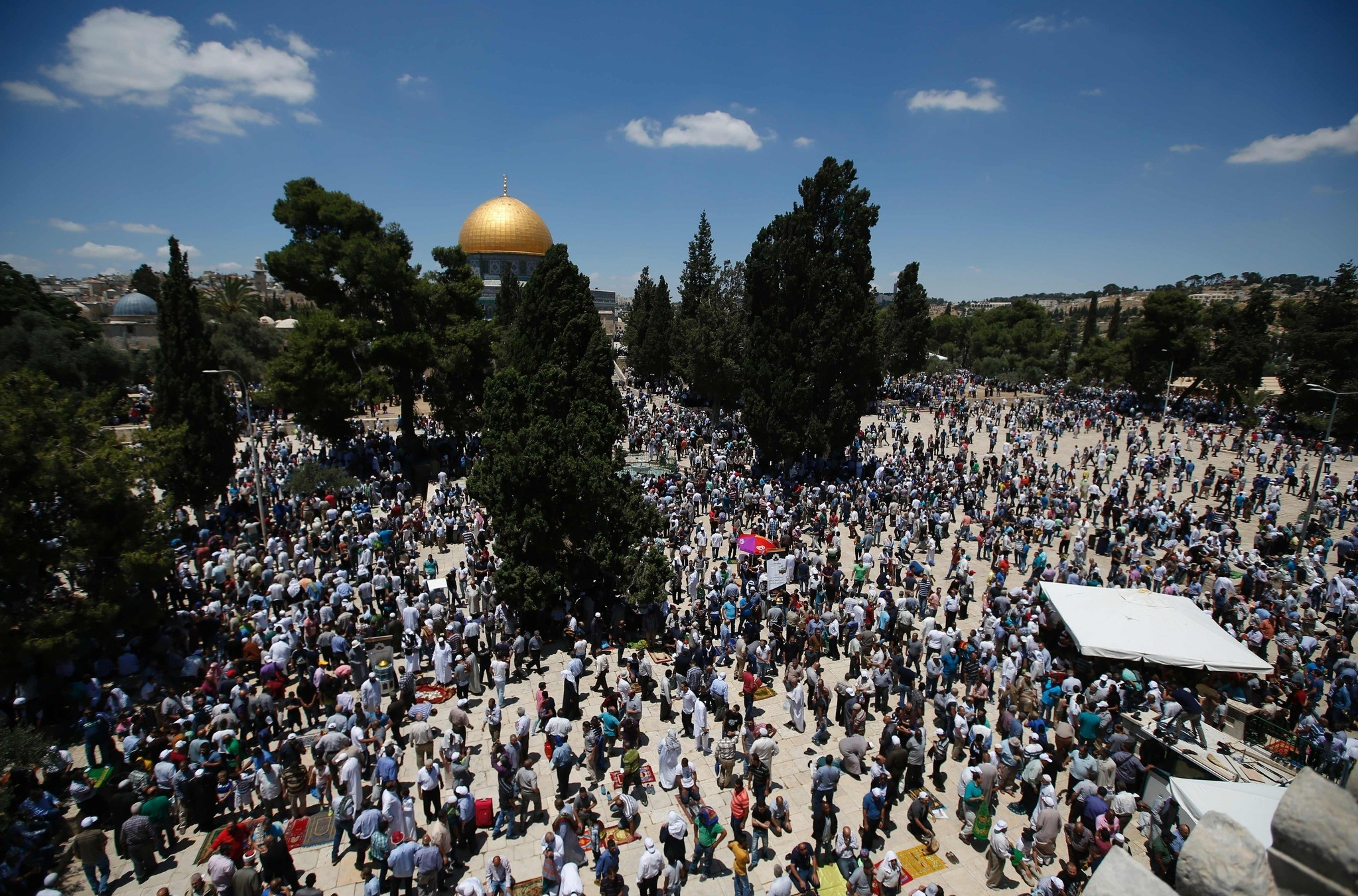 Palestinians pray in front of the Dome of the Rock at Jerusalem's Al-Asqa mosque compound during the first Friday prayers of the holy Muslim fasting month of Ramadan on June 10, 2016.  (AFP Photo)