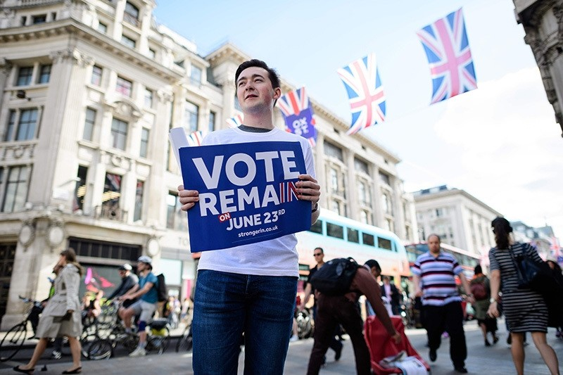 Campaigners from the ,Vote Remain, group hand out stickers, flyers and posters in Oxford Circus, central London on 21 June 2016.  (AFP Photo)