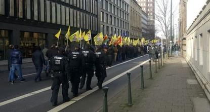pIn einer Hand Fahnen mit dem Gesicht Öcalans, der inhaftierte PKK-Anführer, in der anderen Hand Fahnen mit PKK-Abzeichen. Mit grinsendem Gesicht und Anti-Türkei-Parolen marschierten Hunderte von...