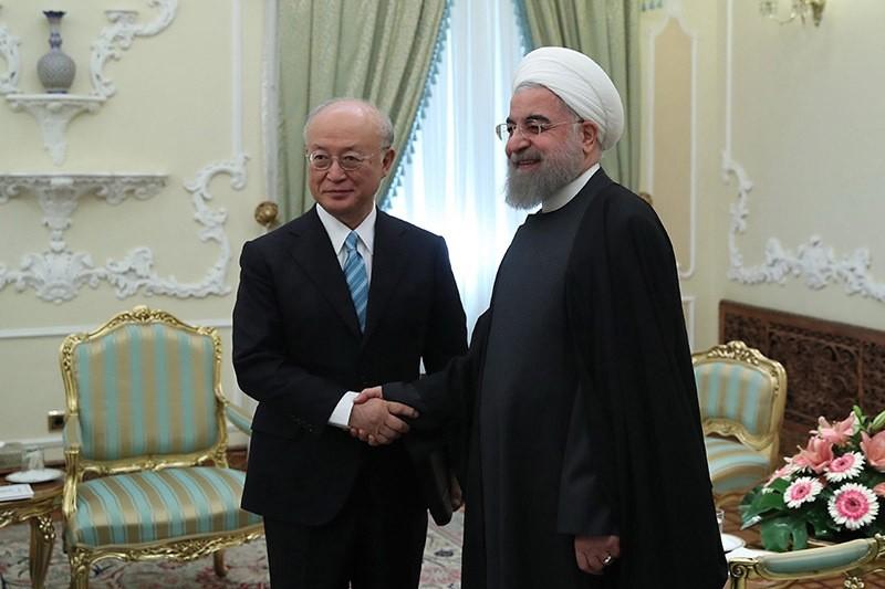 Iranian President Hassan Rouhani (R) welcoming the Director General of the International Atomic Energy Agency (IAEA), Yukiya Amano (L) at the presidential office, in Tehran, Iran, 18 Dec. 2016. (EPA Photo)