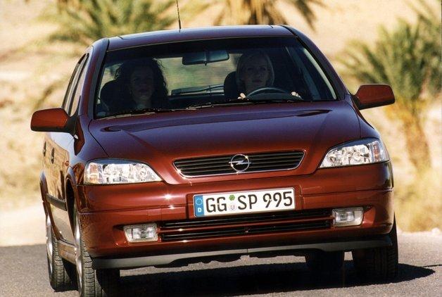 Opel Astra'nın motorunu çalıştırmadan önce uyarı ışıklarının sönmesi beklenmeli mi?