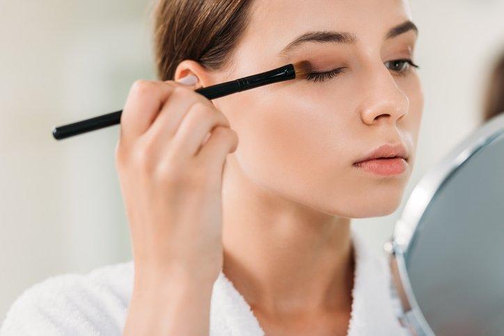 Makyaj yaparken göz sağlığınıza dikkat edin!