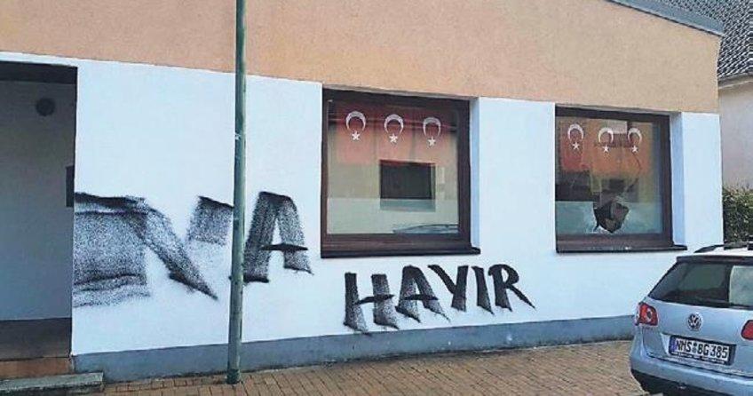Camları kırdılar 'hayır' yazdılar