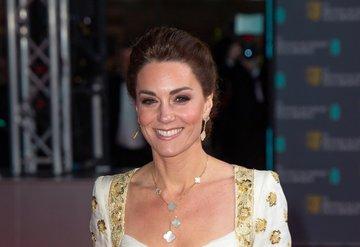 Kate Middleton'dan maskeli yardım!