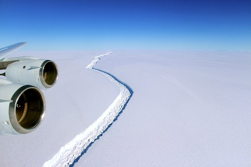 A handout photo made available by NASA on 06 January 2017 shows a view of a massive rift in the Antarctic Peninsula's Larsen C ice shelf, Antarctica, 10 November 2016. (EPA Photo9
