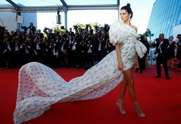 Kendall Jenner geceye damga vurdu