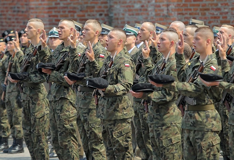 Soldiers during an oath ceremony of 100 cadets of the preparatory service for the National Reserve Forces in Braniewo, north-east Poland, 03 June 2016. (EPA Photo)