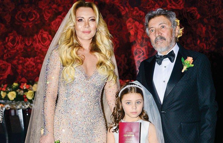 Ünlü İşadamıI Murat Dedeman, 20 yıl önce büyük aşk yaşadığı ancak ayrılmak zorunda kaldığı Sevda Zengin ile geçtiğimiz hafta Dedeman İstanbul'da yapılan görkemli bir düğünle evlendi.