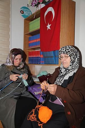 Fourty women knit scarfs, beanies and gloves for Aleppo children. The volunteering women have managed to knit 100 scarfs, 200 beanies and many pairs of gloves so far.