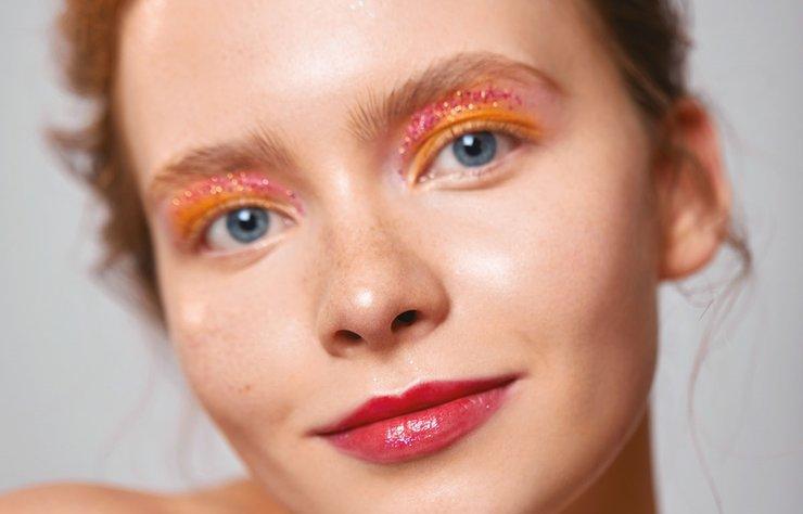 Glitter'lar, holografik yansımalar ve sıcak renkler ile gün batımının iç ısıtan romantizmini makyajınıza taşıyın.