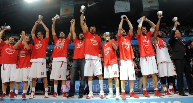 Olympiacos celebrate on the podium after winning the Euroleague Final four basketball final match at the Sinan Erdem Arena in Istanbul on May 13, 2012. (AFP Photo)