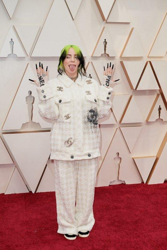Billie Eilish Neden Hep Bol Kıyafetler Tercih Ediyor?