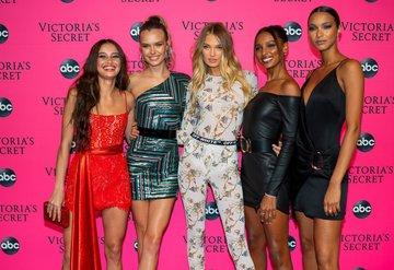 Modeller Victorias Secret 2018 şovunu birlikte seyretti
