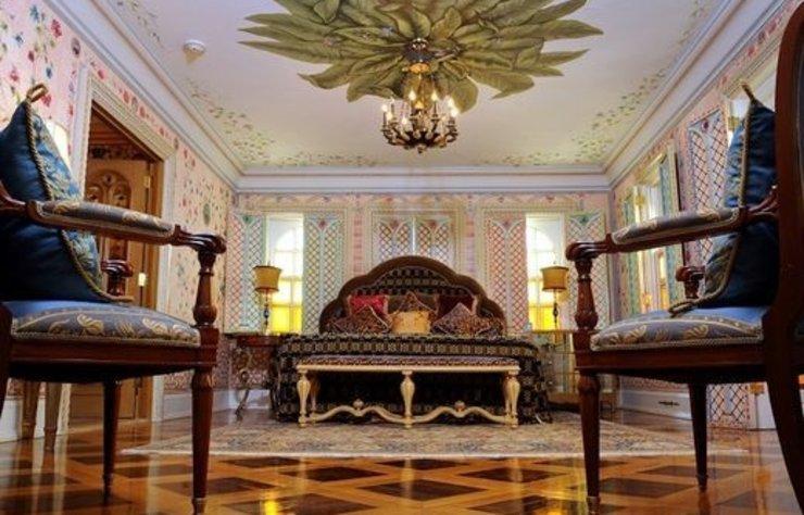 Gianni Versace'nin vefatından sonra otele dönüştürülen ABD'deki villasını Osmanlı eserleriyle süslediği ortaya çıktı. Hamamı olan malikane, Anadolu mozaikleriyle donatıldı.