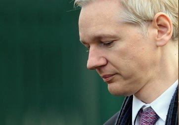 Jullian Assange ilk tweet'ini attı
