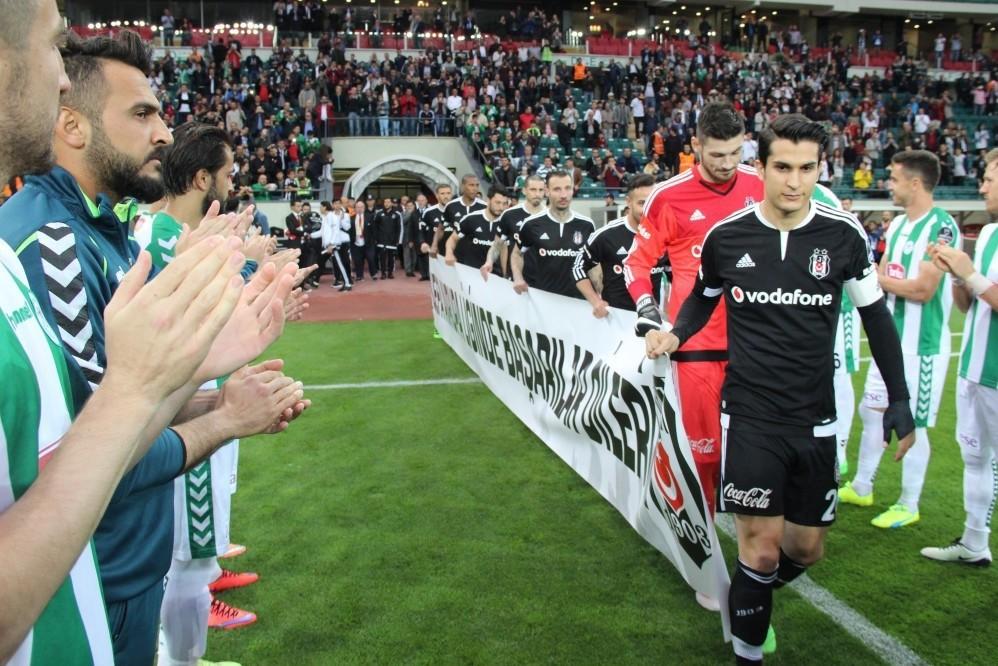 Torku Konyasporu2019s players applaud champions Beu015fiktau015f ahead of the match.