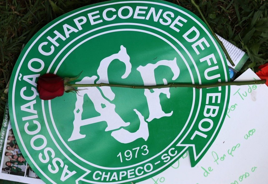 A flower is pictured over a Chapecoense soccer team logo in tribute to their players in front of the Arena Conda stadium in Chapeco, Brazil. (REUTERS Photo)