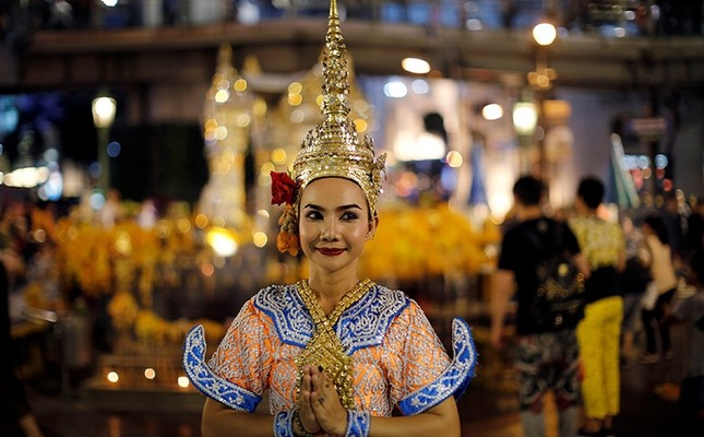 A thai classical dancer poses for photos at the Erawan shrine in central of Bangkok, Thailand, August 30, 2016. (Reuters Photo)