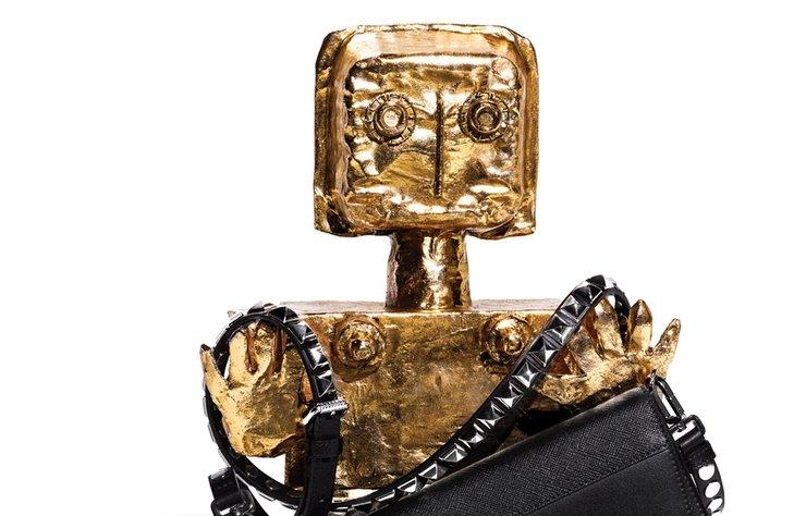 Amerikalı sanatçı ve tasarımcı Mia Fonssagrives Solow'un mitolojik ve robotik figürleri, sezonun metalik ve fütüristik aksesuarlarıyla bir arada.
