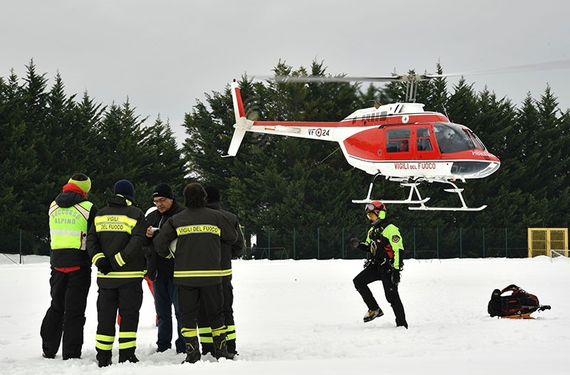 Italian Air Rescuers join the rescue operation near the village of Penne, after an avalanche engulfed the mountain hotel Rigopiano in Farindola in the earthquake-ravaged Italy, on January 20, 2017. (AFP Photo)