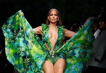 Versace defilesine Jennifer Lopez damgası