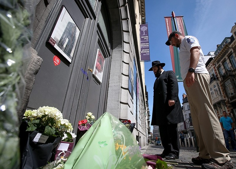 Israeli men pray in front of the Jewish Museum, the site of a fatal shooting a day earlier, in central Brussels, Belgium 25 May 2014. (EPA Photo)