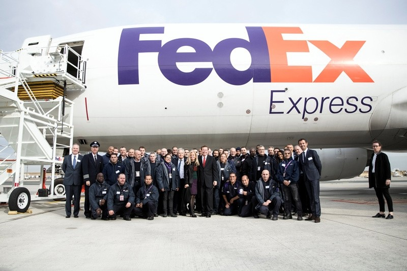 CEO and President of Fedex Express David Bronczek and US ambassador to France Jane Hartley pose with French FedEx workers in Paris, France, October 18, 2016. (REUTERS Photo)