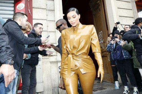 Yeni koleksiyonu ilk Kim Kardashian giydi!
