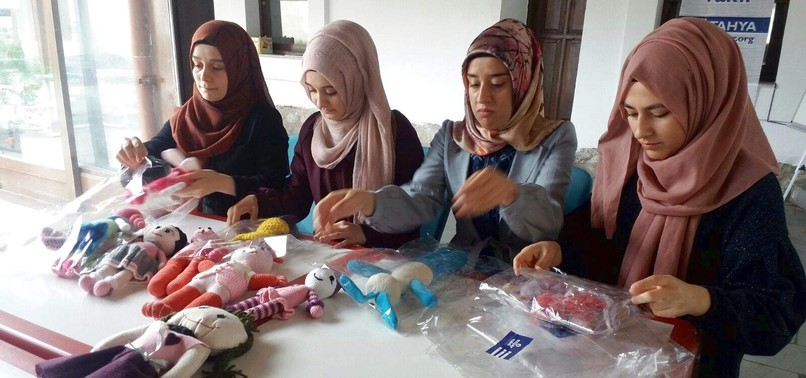 VOLUNTEERS KNIT DOLLS FOR SYRIAN REFUGEE CHILDREN